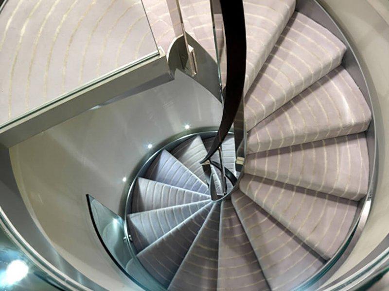 Шелковые вкрапления на лестничном ковре подчеркивают современность этого прекрасного дизайна работы студии Key Interiors' для одного лондонского пентхауса.