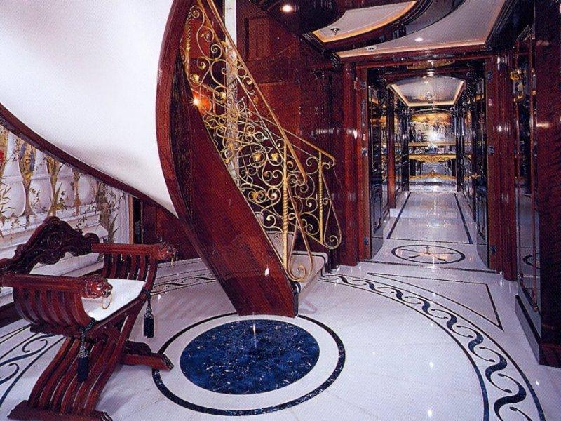 Коридор и лестница оформлены в истинно морских бело-голубых цветах.