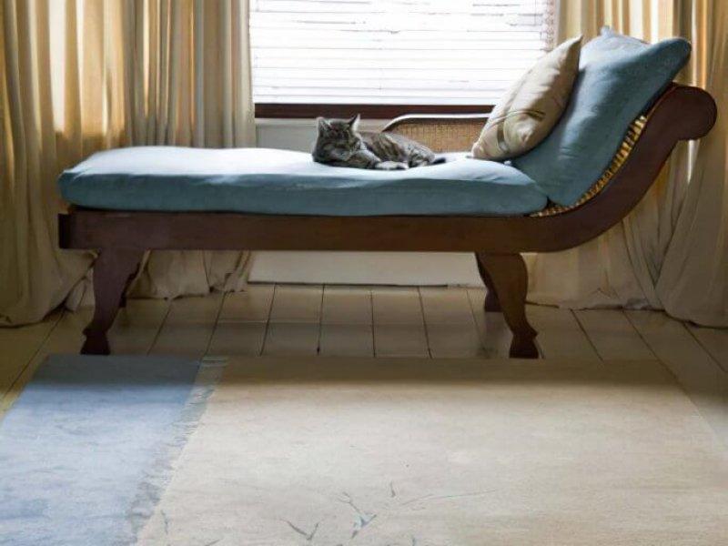Шелковые кайма и узор в виде бамбукового листа придают этому ковру уникальность и неповторимость.