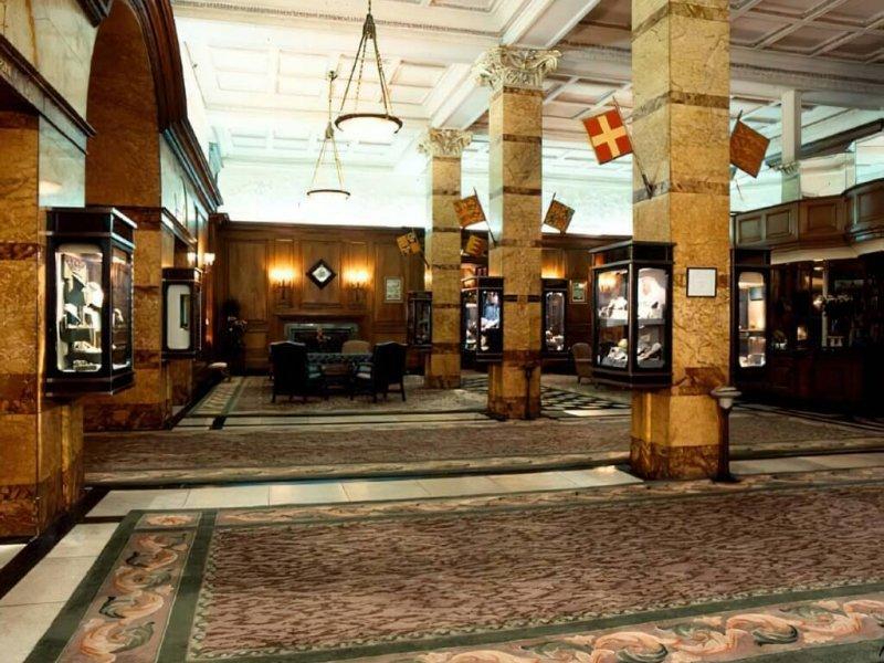L'hôtel Savoy, Londres, Le hall d'entrée