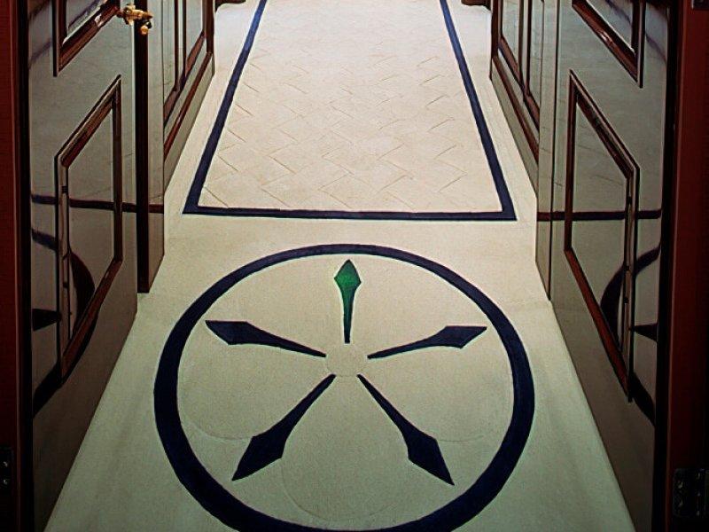 Ковер с расширенным узором 'Weave' из нашей коллекции Base в коридоре яхты White Rose.